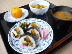 昼食は調理員さんのお手製の恵方巻きです。美味しく頂きました。
