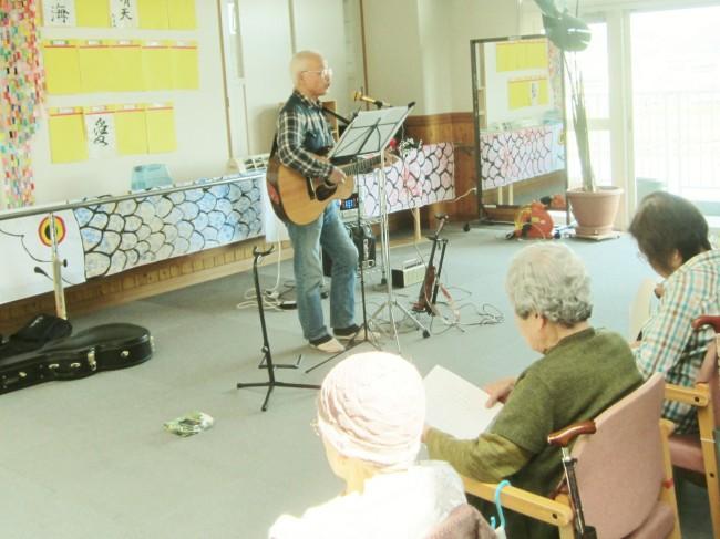 弾いて歌ってトークして。中村さんは万能ボランティアさまです。